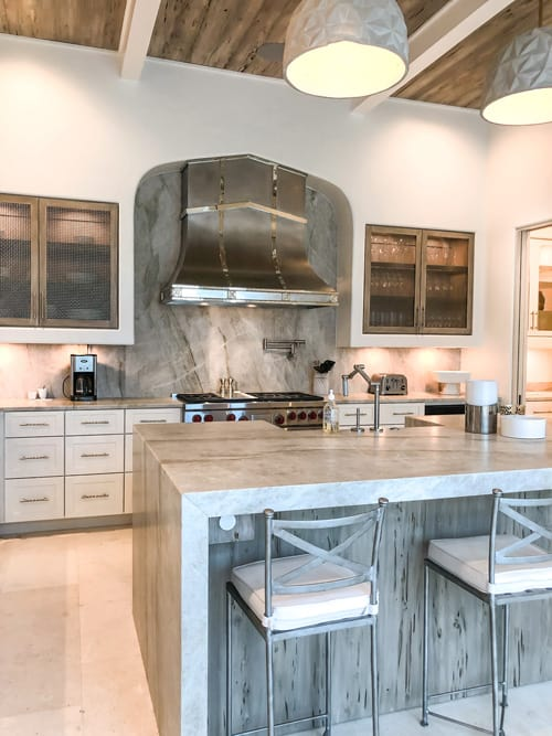 modern-coastal-kitchen-with-large-format-marble-or-porcelain-tile-backsplash